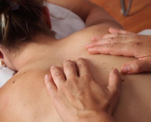 02-Manipolazione-vertebrale-495x400 Terapia Manuale